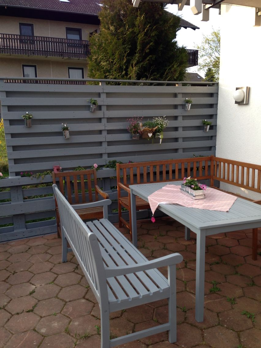 selbstgebauter sichtschutz, ein paar möbel müssen noch in den, Garten und erstellen