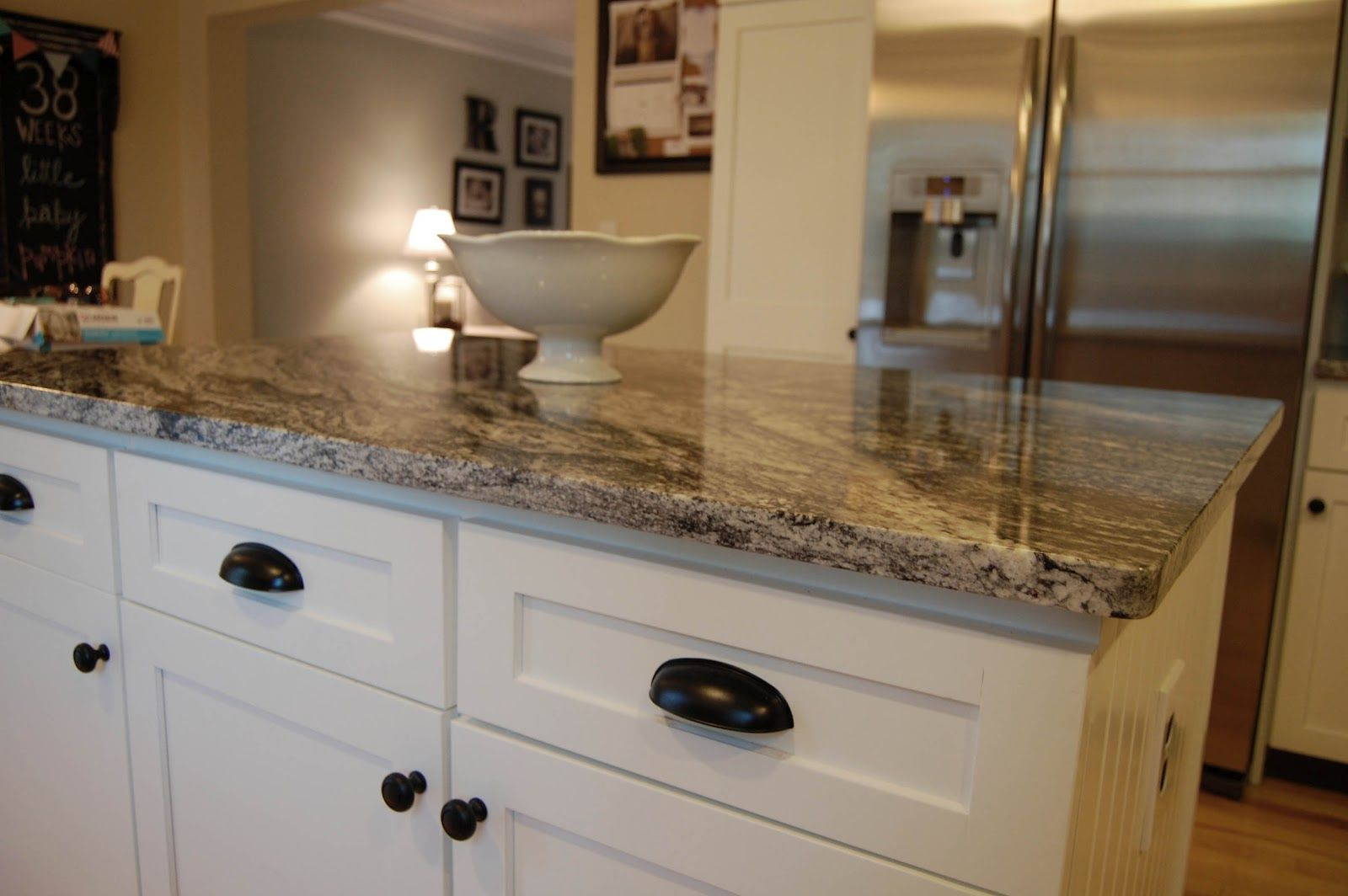 Granite countertop colors with white cabinets for Granite colors for black cabinets