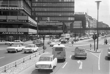 Berlin: Ecke des Europa-Centers (Tauentzienstraße) mit  Brücke; vom Bus 1965