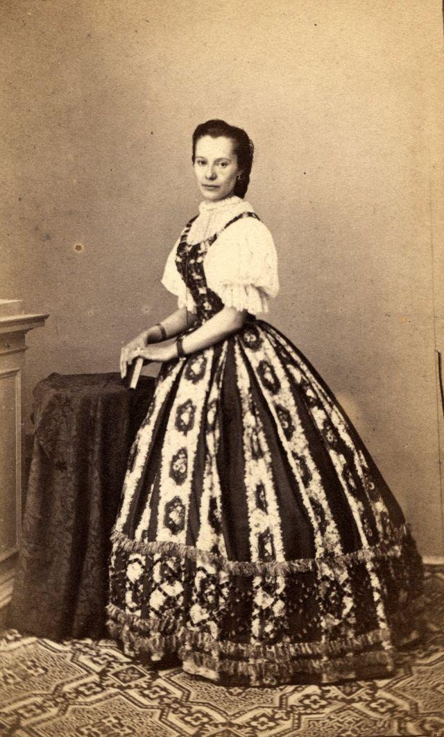 Crinoline: The Favorite Women Costume From Victorian Era ~ vintage everyday #dressesfromthesouthernbelleera