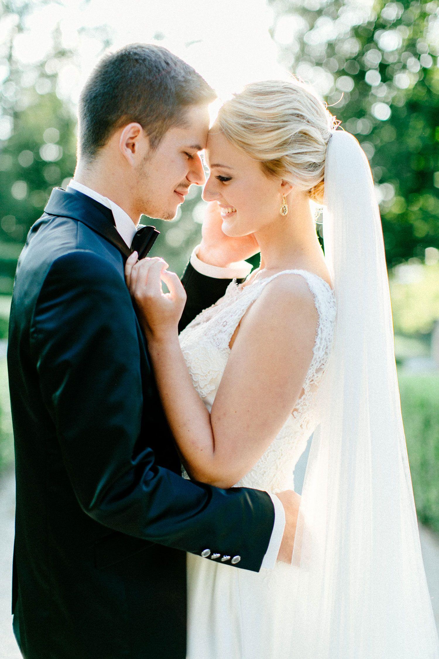 Tief sitzender Schleier! Das Brautkleid mit Spitze auf transparentem ...