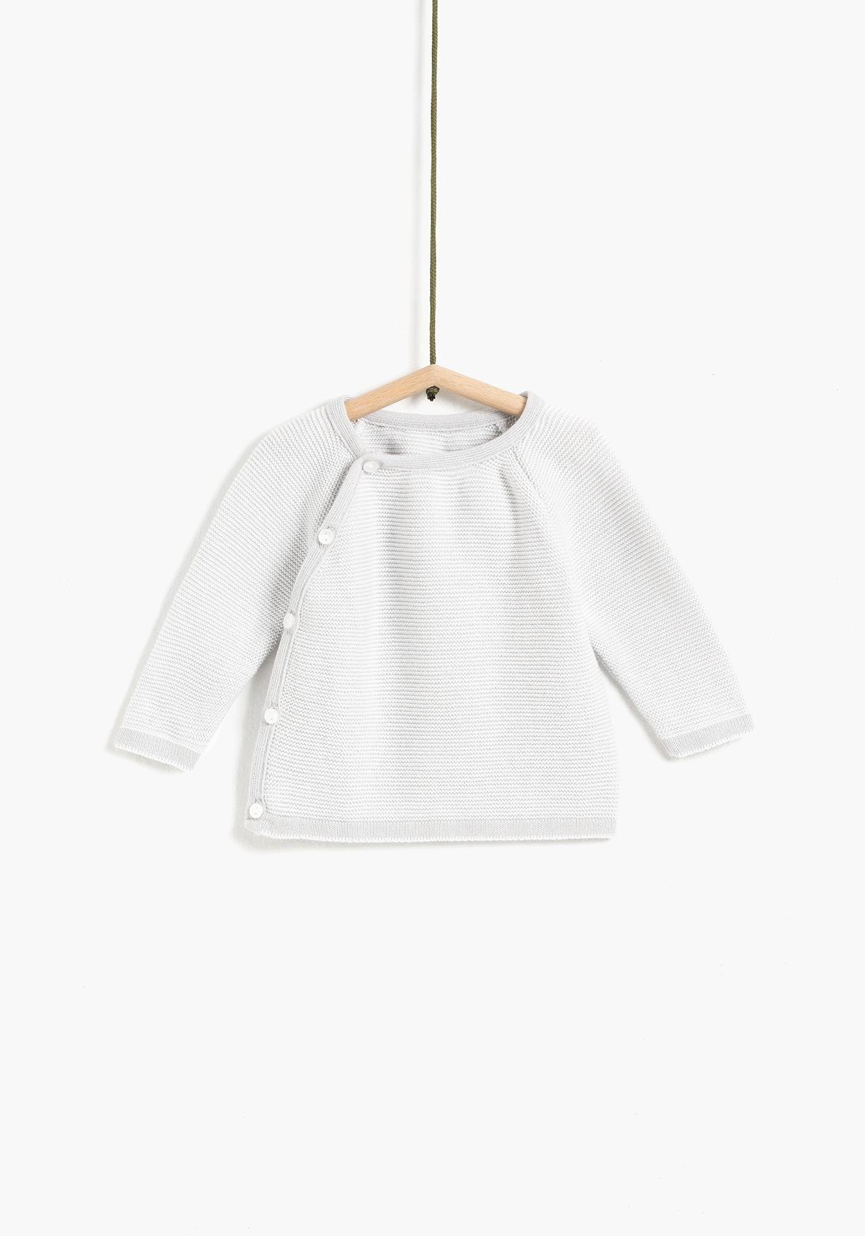 d536e58ab Jersey de recién nacido unisex de algodón sostenible. Cierre delantero con  botones y cuello redondo
