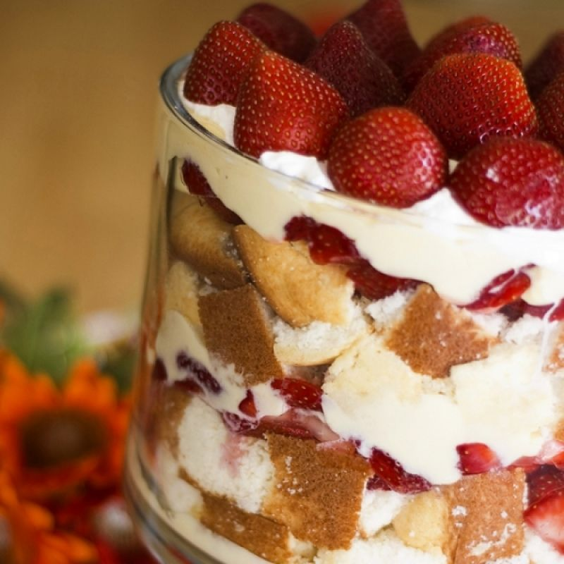 An easy recipe for delicious strawberry rum trifle this for Easy delicious christmas dessert recipes