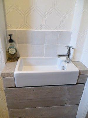 Wasbakje in het toilet afgewerkt met steigerhout witte zelliges en behang van de gamma niet - Behang voor toiletten ...