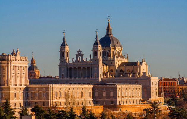 Espanjan kiivaasti sykkivästä sydämestä löytyy valtavasti nähtävyyksiä, historiaa, maukasta ruokaa ja ostoskatuja sekä yksi maailman vilkkaimmista yökulttuureista. Mutta on Madrid vielä muutakin kuin tiivis ja eläväinen keskusta keskellä erämaata. Metropolin ympärillä on paljon pieniä kyliä, kaupunkeja ja palatseja,joihin kannattaa tutustua. El Escorialin palatsi on tuttu monelle, ja naapuriosavaltioiden puolella sijaitsevat Toledo ja Segovia ovat myös …
