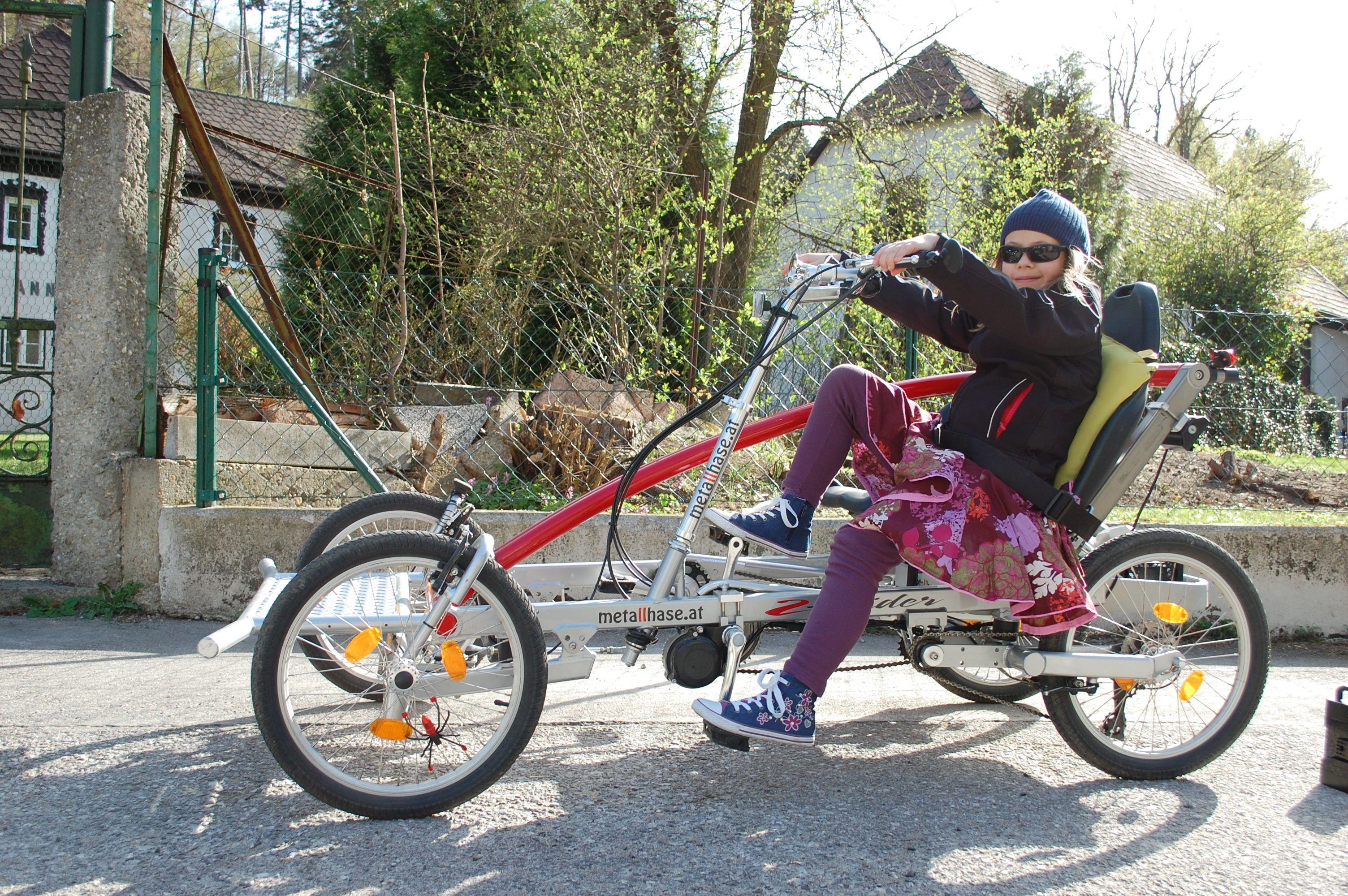 Stadtfahrrad metallhase Mutter und Kind fahren Vierrad