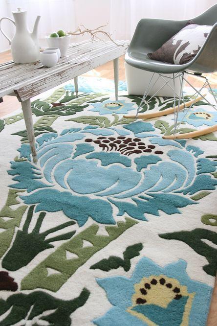 Tällaiset värikkäät ja selkeästi kuvioidut matot ovat kyllä heikkouteni. Valitettavasti kahden nelijalkaisen perheenjäsenemme takia matot ov...