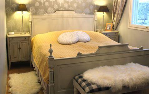 Eleonoora-parisänky, kustavilaiset yöpöydät, tapetti RTV:stä Gustavian bedroom