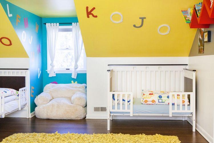 Attraktiv Gelb Gestrichene Dachschräge, Blaue Und Weiße Wände