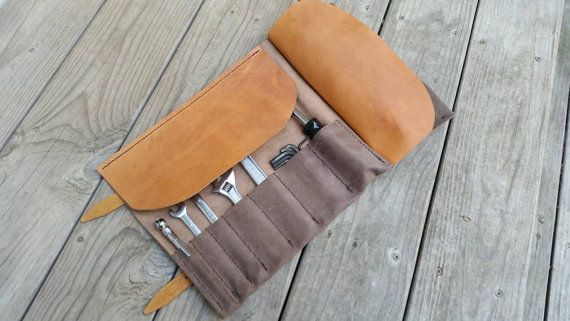 De cuero herramienta rodillo para ya chopper, bobber, o su caballo de hierro que construyó con sus manos. Trabajo de amor. Convertido en leyenda.  Tamaño: Abierto: 18 x 10 1/2 Plegado: 10 1/2 x 5 3/4  Bolsillos: 1- 3 total 1 3/4- 2 total 2 1/2-2 total  3/4 las correas:  Usé dos tipos de cuero: Antiqued, angustiado tire para arriba 3/4 oz cuero (se trata de cuero genial) Cuero de curtido vegetal teñido con un color de bronceado tradicional silla  Marrón cosida a mano encerado hilo  Latón…