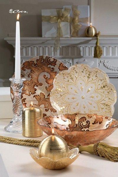 Piatti e coppa di vetro decorato, candele dorate e candeliere di vetro