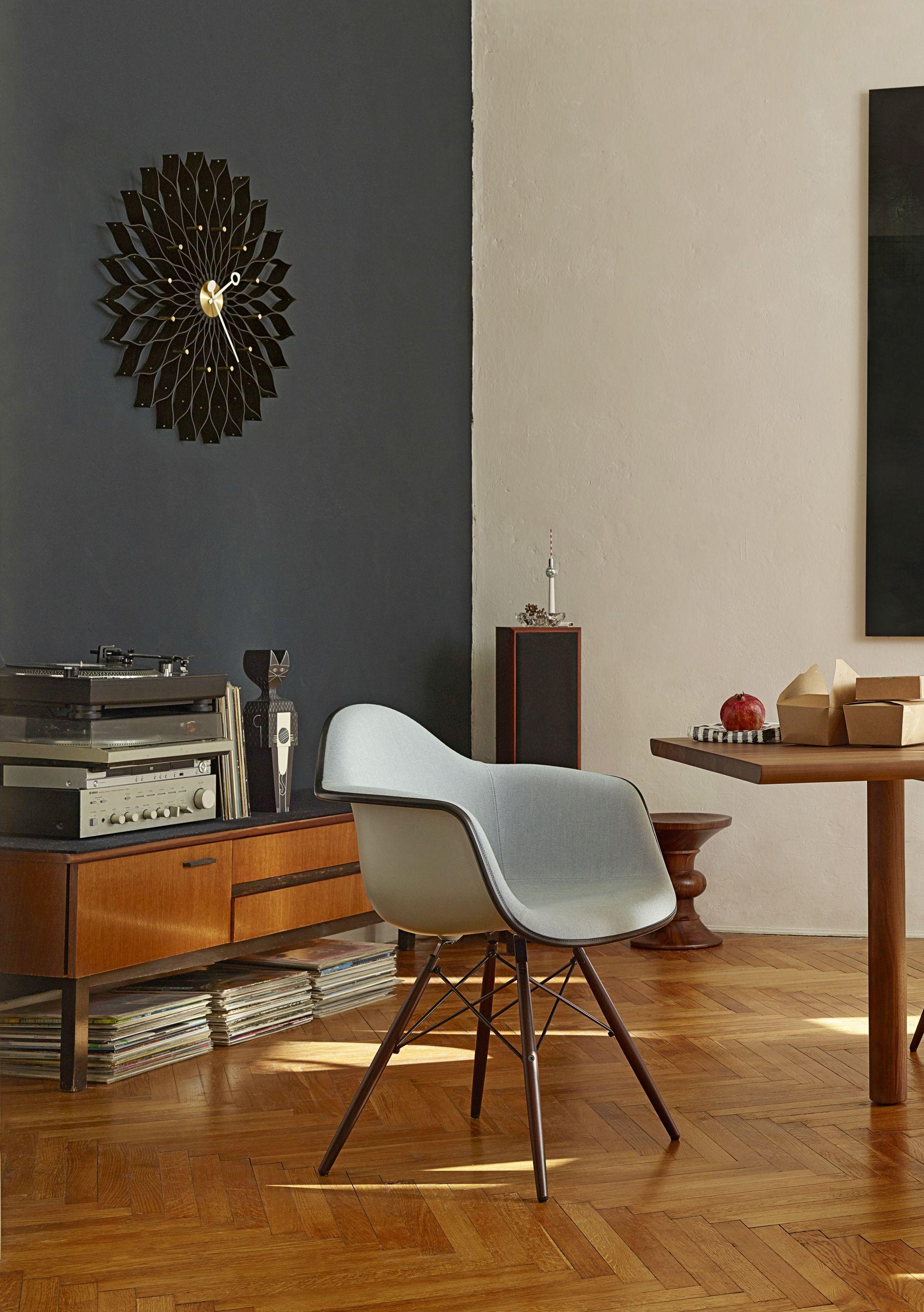 Der Eames DAW Stuhl Von Vitra Vor Einer Wand In Dunkelblauer Wandfarbe.  Edles Fischgrätenparkett Im