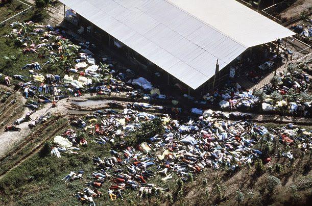 """1978 - JIM JONES: Foto de alguns dos 909 adeptos da seita americana """"Templo do Povo"""" que, liderados pelo reverendo James Warren """"Jim"""" Jones, promoveram um suicídio coletivo em Jonestown, a 240 km da capital Georgetown, Guiana Inglesa."""