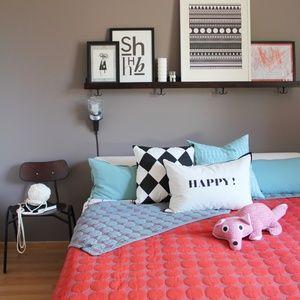 Pieni muutos makuuhuoneeseen syntyy helposti ja nopeasti kun vaihtaa tauluhyllyllä olevia julisteita ja tavaroita, ja sängyllä olevia tyynyjä.