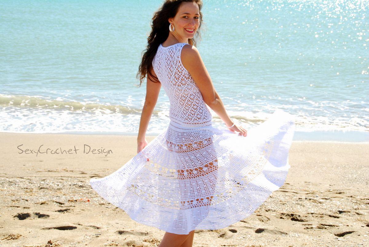 e3f2954945 Un vestido para la playa de estilo ibicenco hecho totalmente a mano de  crochet de hilo blanco de 100% algodón. Es muy bonito