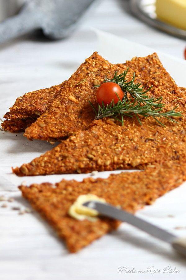 Knusper Parmesan-Tomaten-Knäcke mit Rosmarin   Knäckebrot knuspere ich liebend gerne. Gerade das Knacken, Knistern und Knirschen, wenn du g...