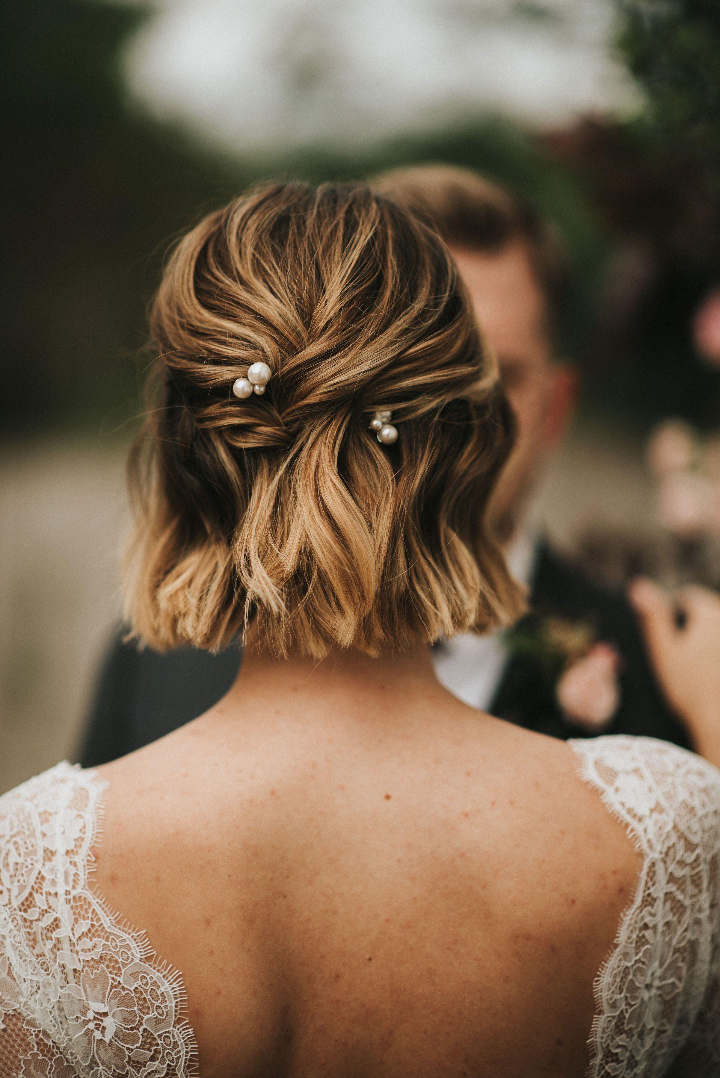Short Hair Bridal Hair Soft Waves With Pearl Pin Accessories Image Elizabet Hochzeit Frisuren Kurze Haare Hochzeitsfrisur Kurze Haare Hochzeit Haare Hochzeit