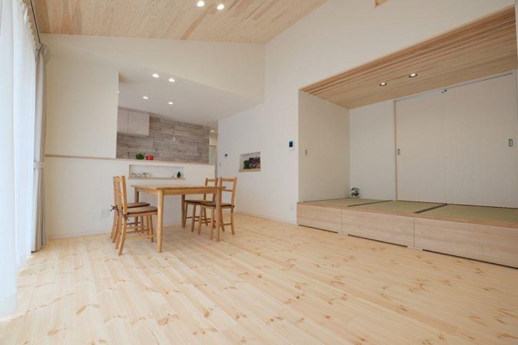 コンパクトな平屋の家 勾配天井のおかげで 開放感のあるリビング