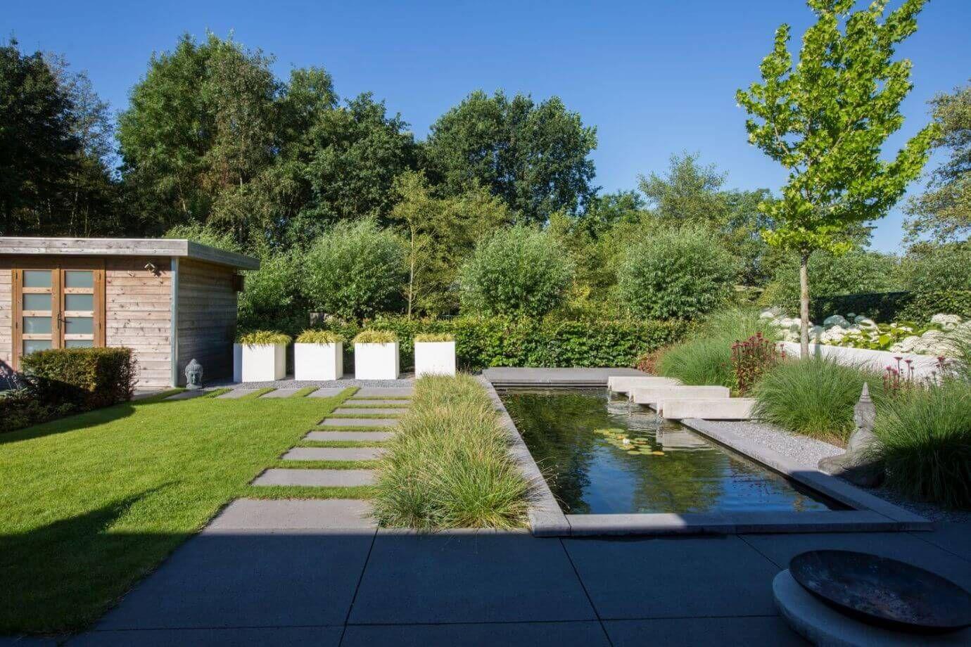 Moderne tuin strakke vijver houten tuinhuis gazon for Strakke tuinen met siergrassen