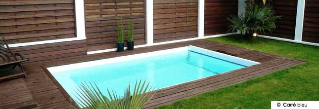 Petite piscine bois et pelouse par carr bleu jardin for Piscine carre bois