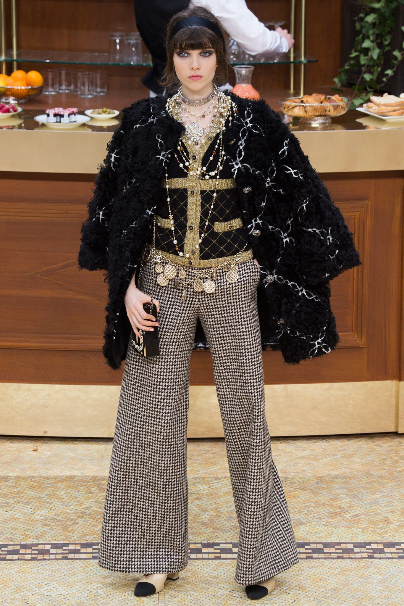 Chanel Fall 2015 Ready-to-Wear Fashion Show - Grace Hartzel (Next)