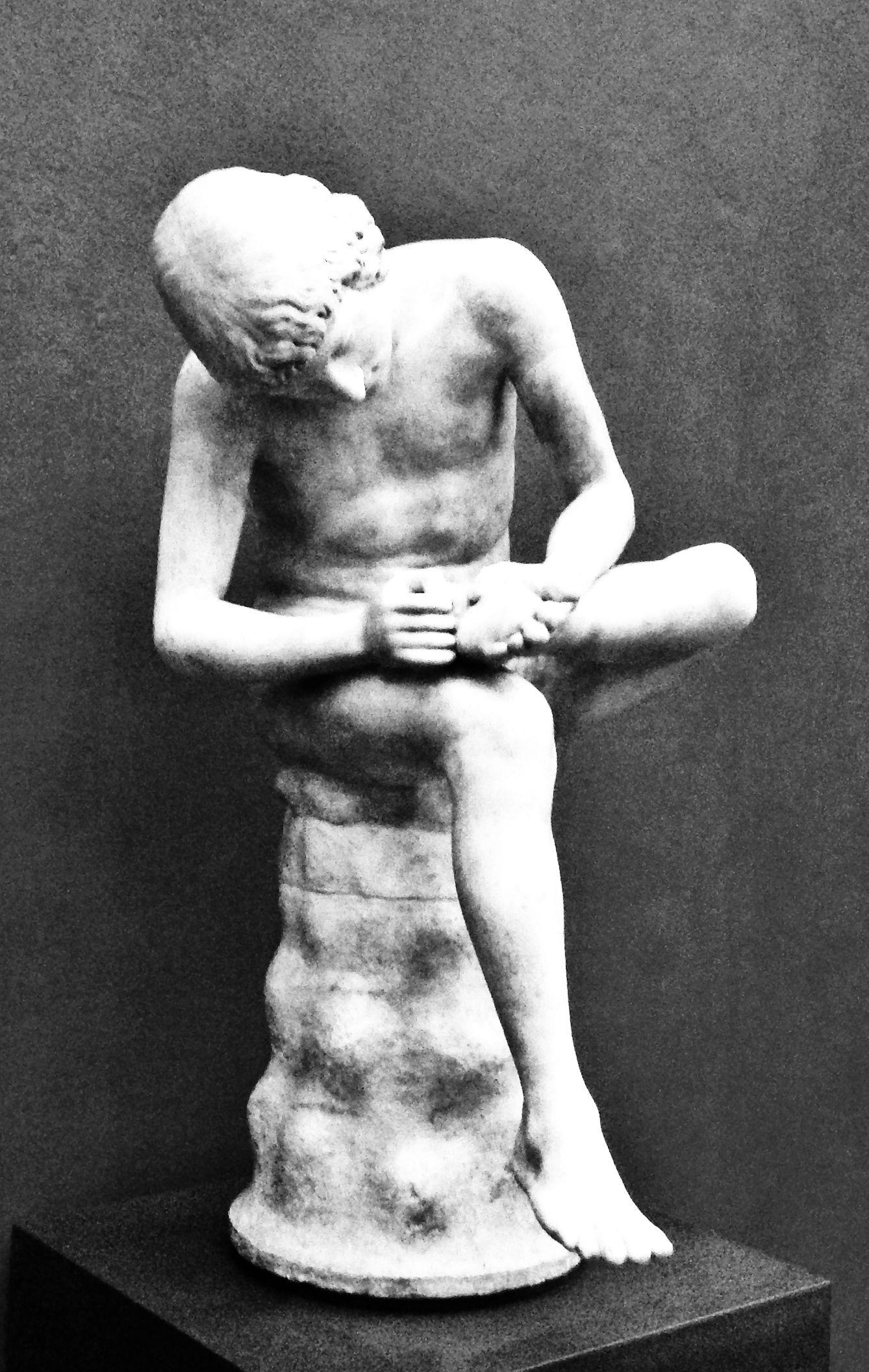 El joven de la espina, sentado en un rincón de los Uffizi en Florencia.