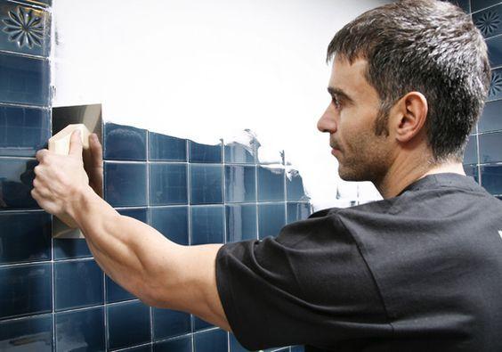 Vídeo tutorial: Tapar azulejos sin obra | Baños pintados ...