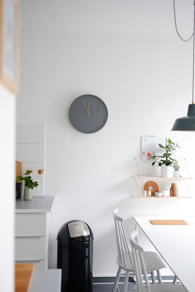 Graue Wanduhr als Blickfang in der Küche #kitchen #decor - wanduhr für küche
