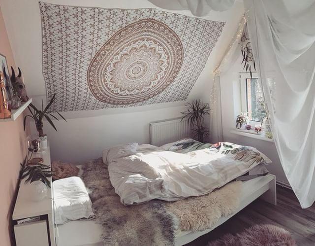 So lässt es sich schlafen und träumen: mit goldenes Mandala Wandtuch an der Dachschräge über dem Bett. #tumblrrooms