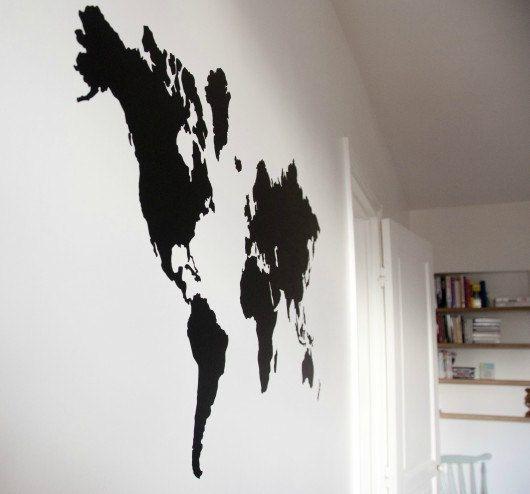 Mappa molto bella del mondo sotto forma di adesivo per decorare i vostri interni. Colore: Nero opaco Dimensioni: 95X55cm Tipo di posa: Sticker con trasferimento per una posa perfetta. Un avviso sarà fornito a voi. Possibilità di ordinare in diversi formati e colori.