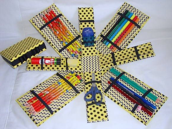 Estojo escolar/escritório em cartonagem forrado com tecido 100% ALGODÃO.    Fantástico!!! Cabe muita coisa nele e fica tudo organizadinho, preso nos elásticos.    Pode ser confeccionado em qualquer estampa de tecido.    Valor refere-se ao estojo incluindo: 12 lápis de cor, régua, tesoura, apontador, borracha, cola bastão, 2 lápis preto, 3 canetas esferográficas e 6 canetinhas. R$ 80,00