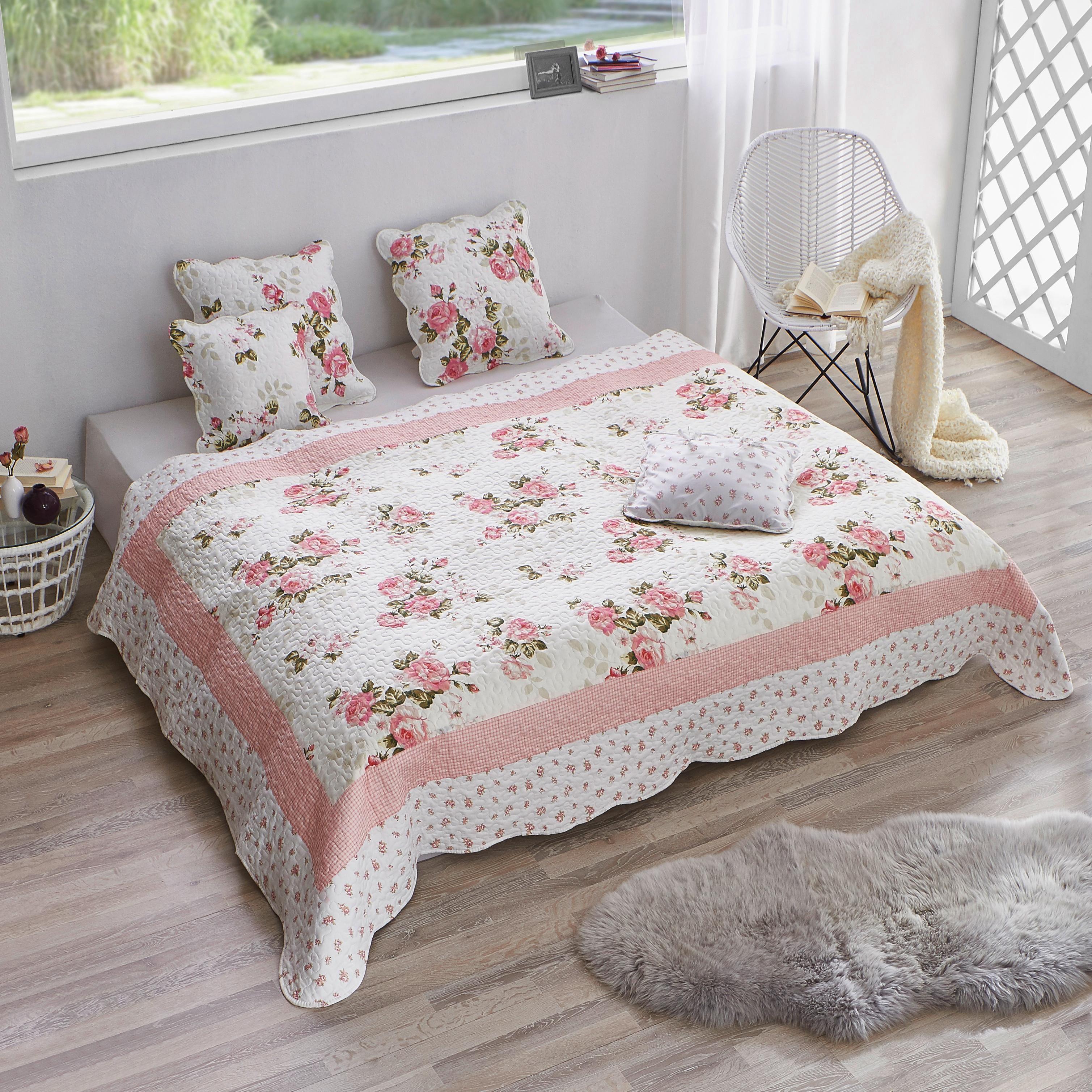 Die Romantische Tagesdecke Mit Blumenmuster Bereichert Dein Schlafzimmer Um Ein Schönes Textil Mit Den Passenden Kissen Wirkt Die Tagesdecke Decke Textilien