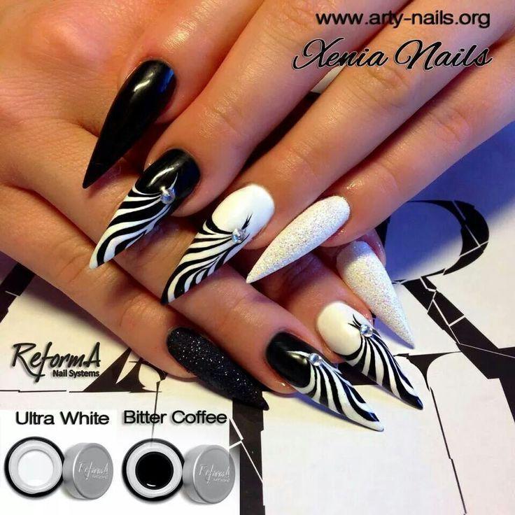 Photo of Stiletto nails. NailArt. Black and white. Blanco y negro.