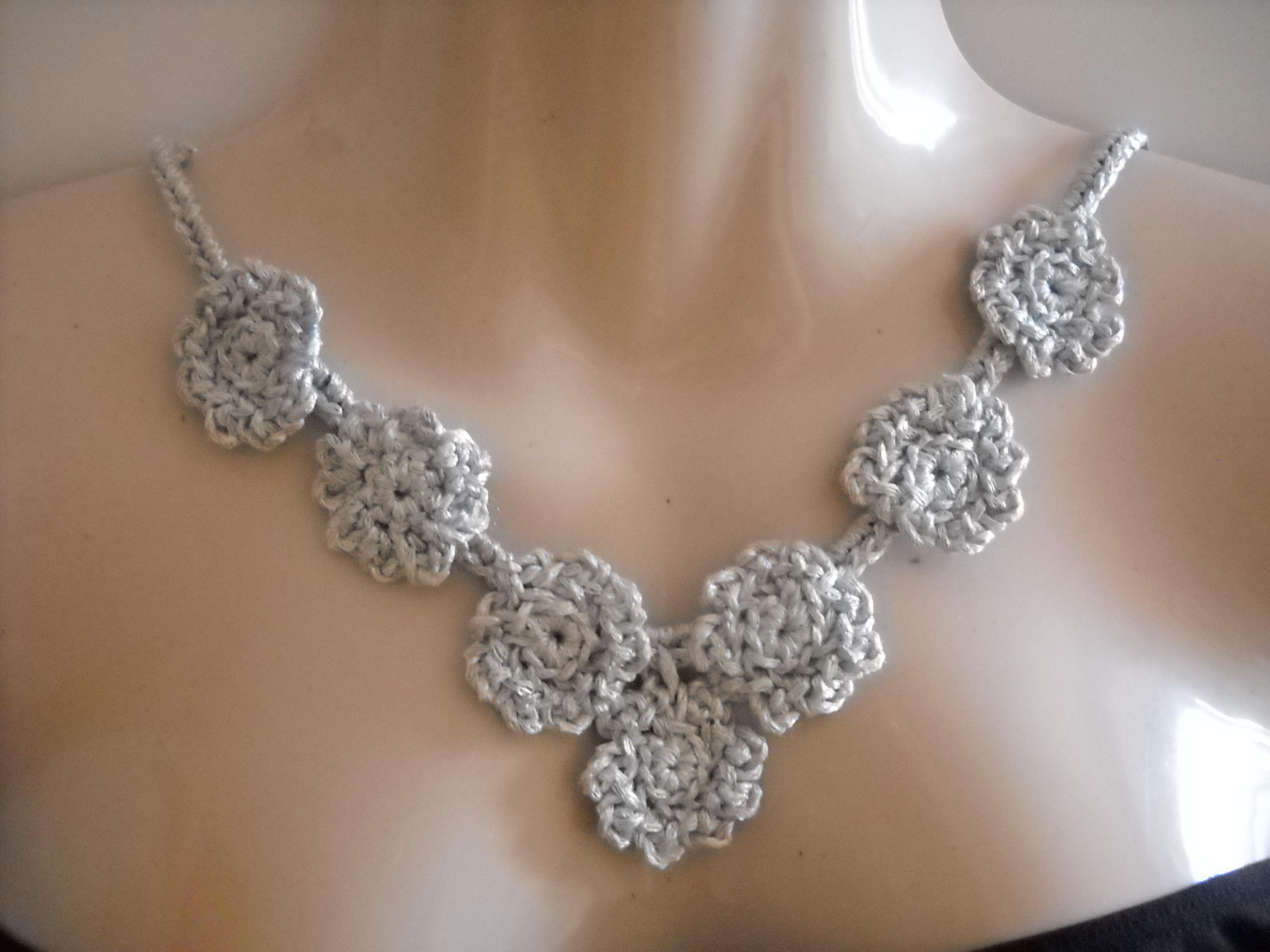Collar de plata tejido a punto  de croché con perlé.