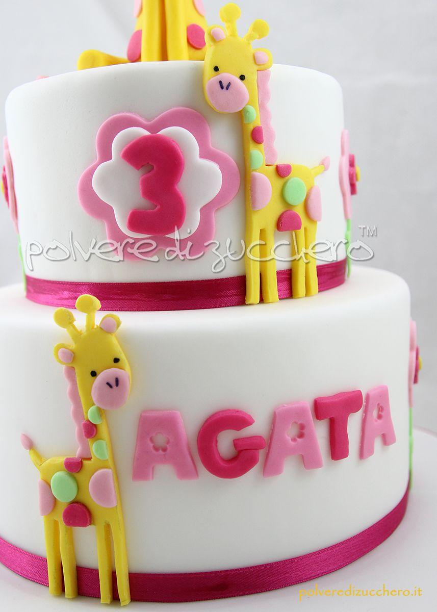 torta a due piani con giraffe tridimensionali in pasta di zucchero