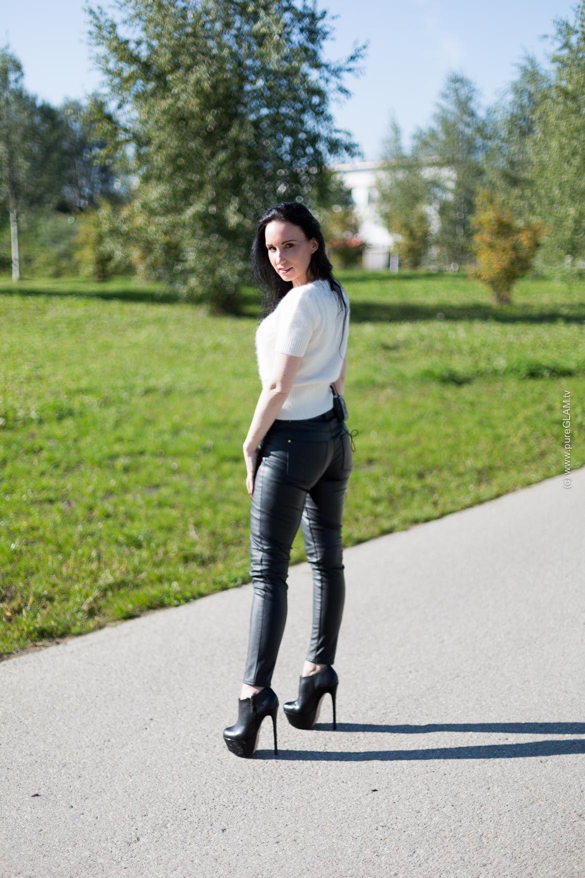 Walking in High Heels Lederhose und und und Wollpullover mit Plateau High ... ce5aeb