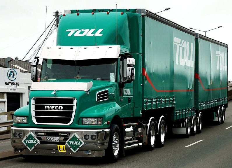 Iveco Curtainside B Double Of Toll Logistics Vrachtwagens