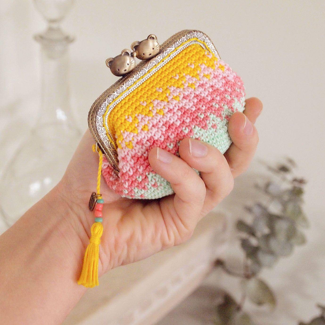 Monedero con boquilla clip metálica con cabeza de gatitos, tejido a mano en ganchillo tapestry crochet en colores menta, rosa y amarillo de Basimaker en Etsy