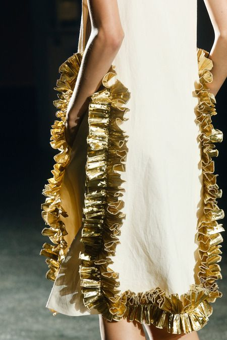 Eye for detail - metallic ruffles - monstylepin #fashion #detail #fashiondetail #metallic #trend #ruffles #fashionweek #driesvannoten #spring #summer #SS14 #gold