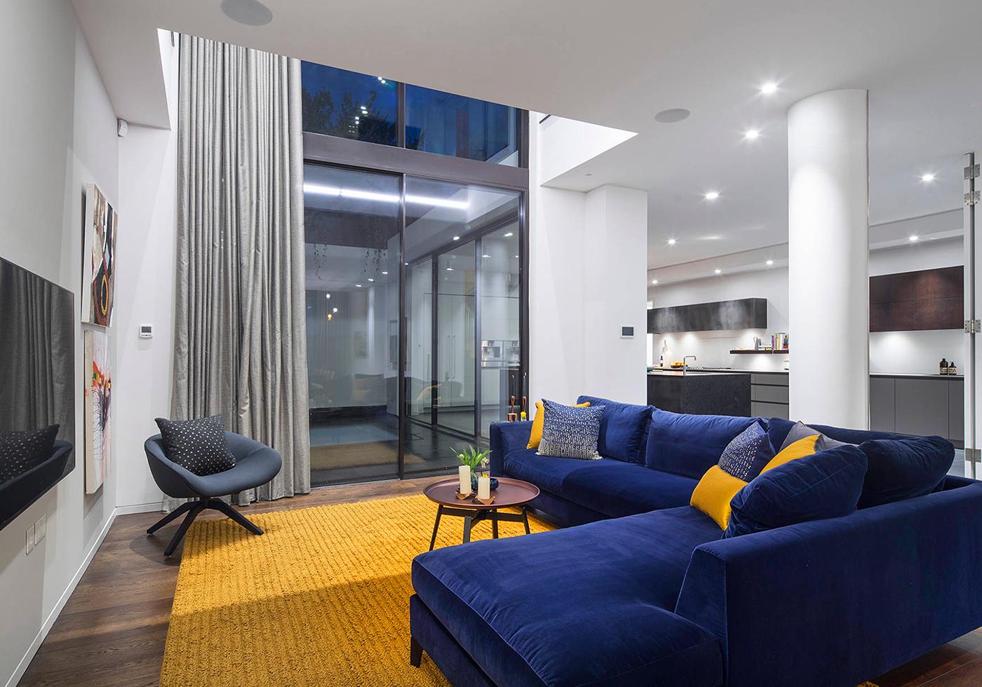 Elegant Navy Blue Modern Style Living Room Decor With Navy Blue Velvet Sectional Sofa Yellow Decor Living Room Blue Sofas Living Room Blue Living Room Decor