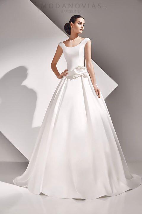 Vestido de novia ASTERIA de mikado en color marfil decorado de flor ...