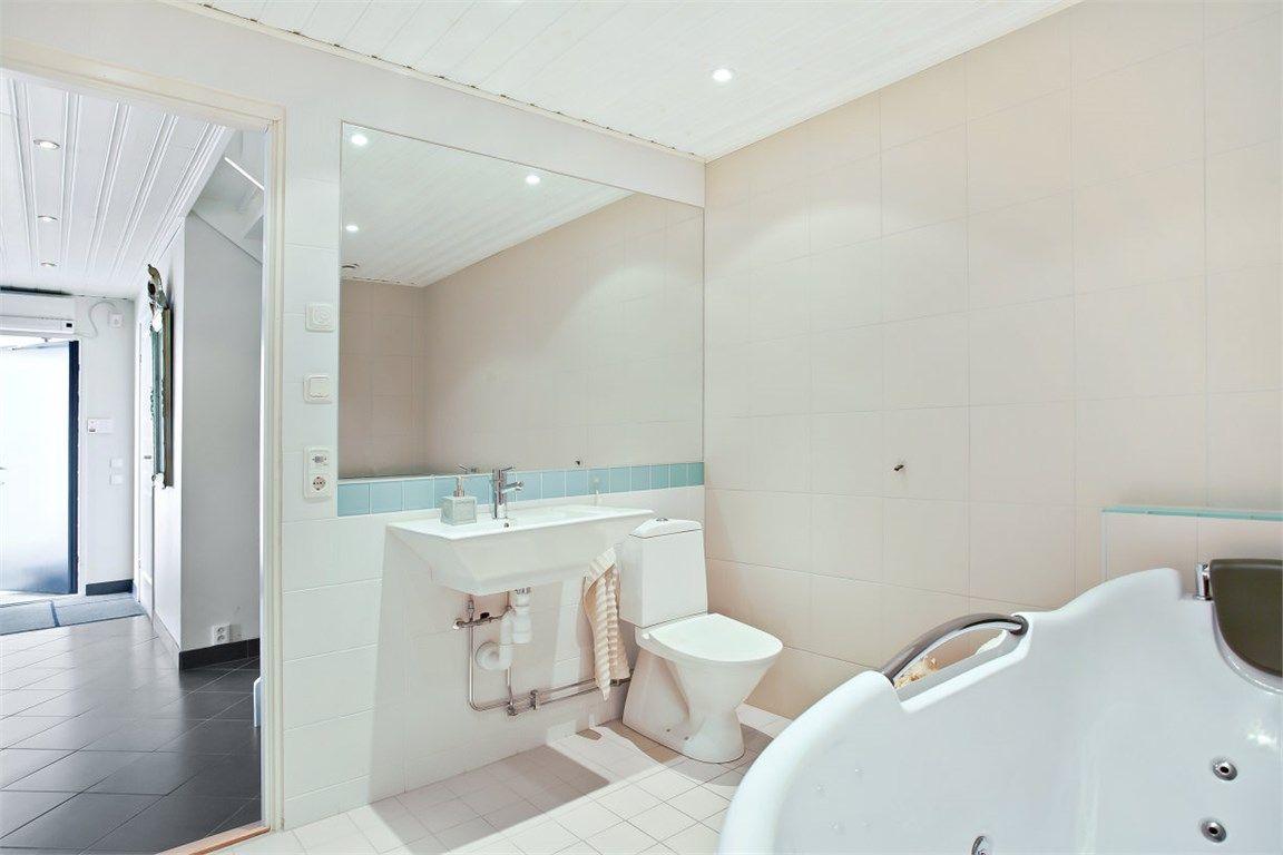 Badrummet byggdes om helt 2006 och gjordes större. Sandfärgat ... : spottar badrum : Badrum