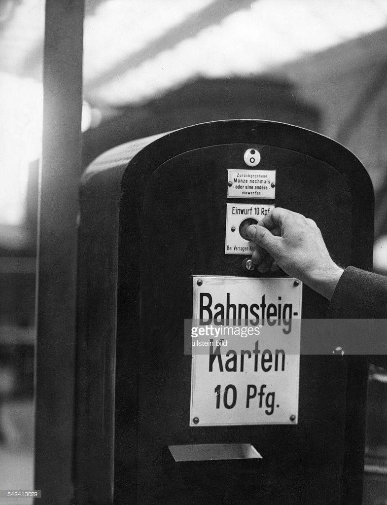Deutschland Berlin Bahnsteigkartenautomat Auf Einem Berliner