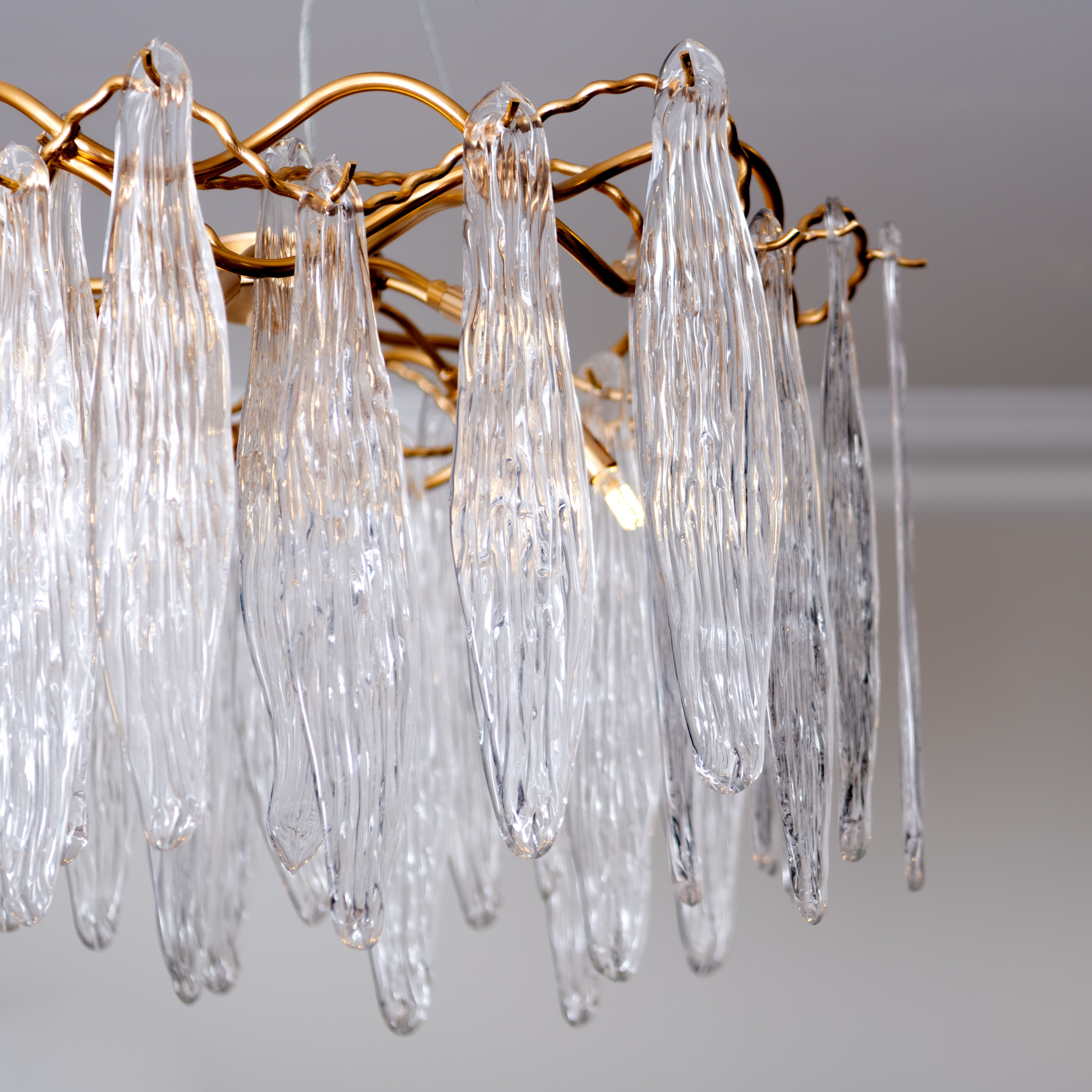 أضىء مساحتك بثريا لافتة قم بزيارة متاجرنا لمزيد من التصاميم Illuminate Your Home With Our Eye Catching Chandelier Visit Our Store Ceiling Lights Light Decor