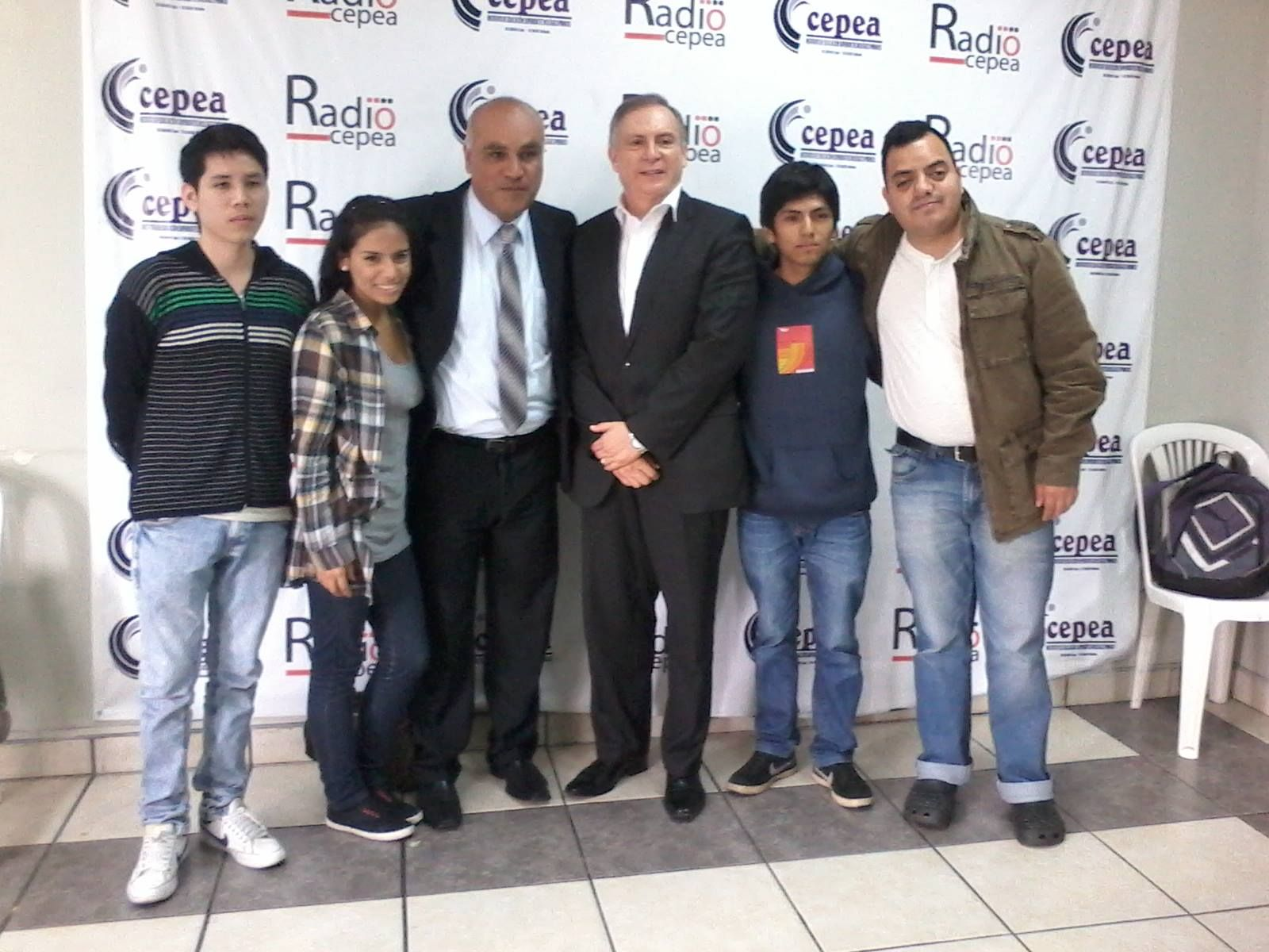 Con el analista político Hugo Guerra y el periodista Percy Espino, junto al equipo de Radio Cepea. (2015)