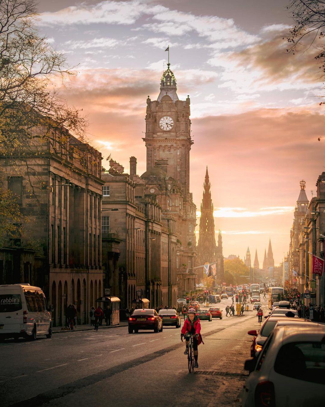 "John Murray - Scotland on Instagram: ""The city of #Edinburgh at 5:18pm minus 3 minutes 🙂🏴💕 .. .. #scotlandisnow #ig_edinburgh #BalmoralMoments #thisisedinburgh…"""