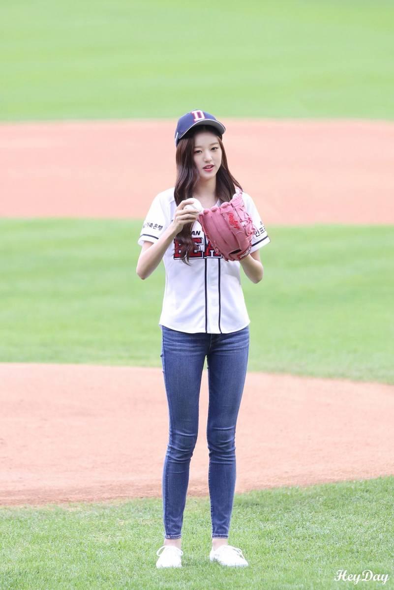 181006 Iz One Miyawaki Sakura Jang Wonyoung First Pitch For Doosan Bears Female Kpop Fashion Kpop Girls