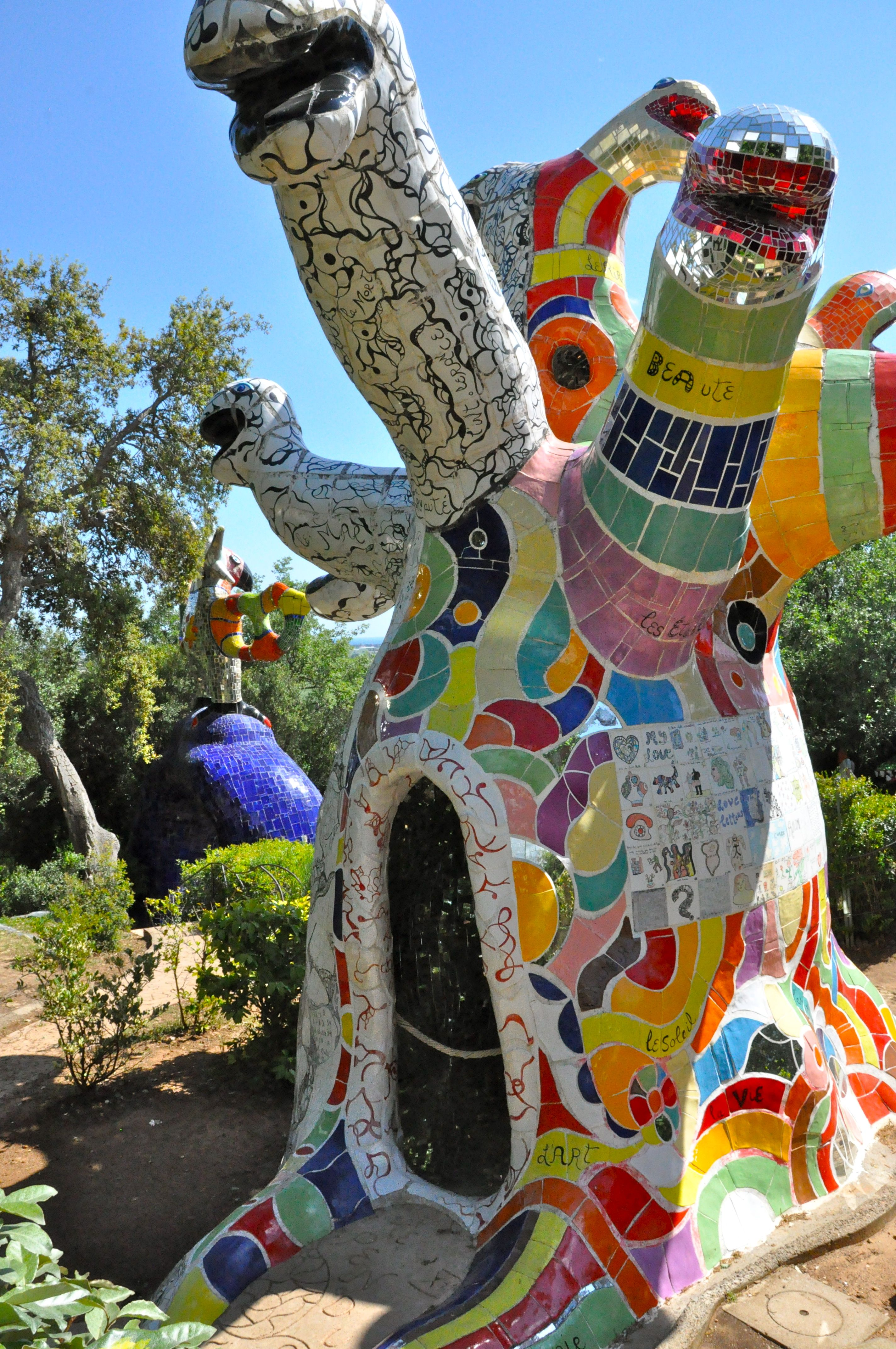 Nicki de saint phalle tarotgarden tuscany art foto - Jardin tarots niki de saint phalle ...