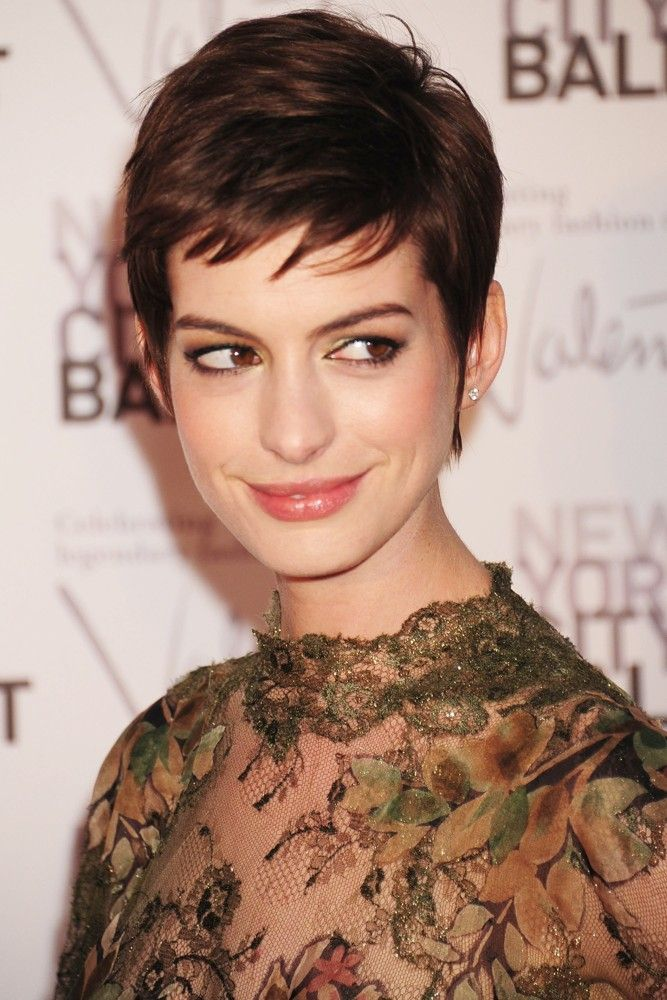 Anne Hathaway Pixie Crop Love This Short Hair On Her Celebrity Short Hair Short Hair Styles Anne Hathaway Hair