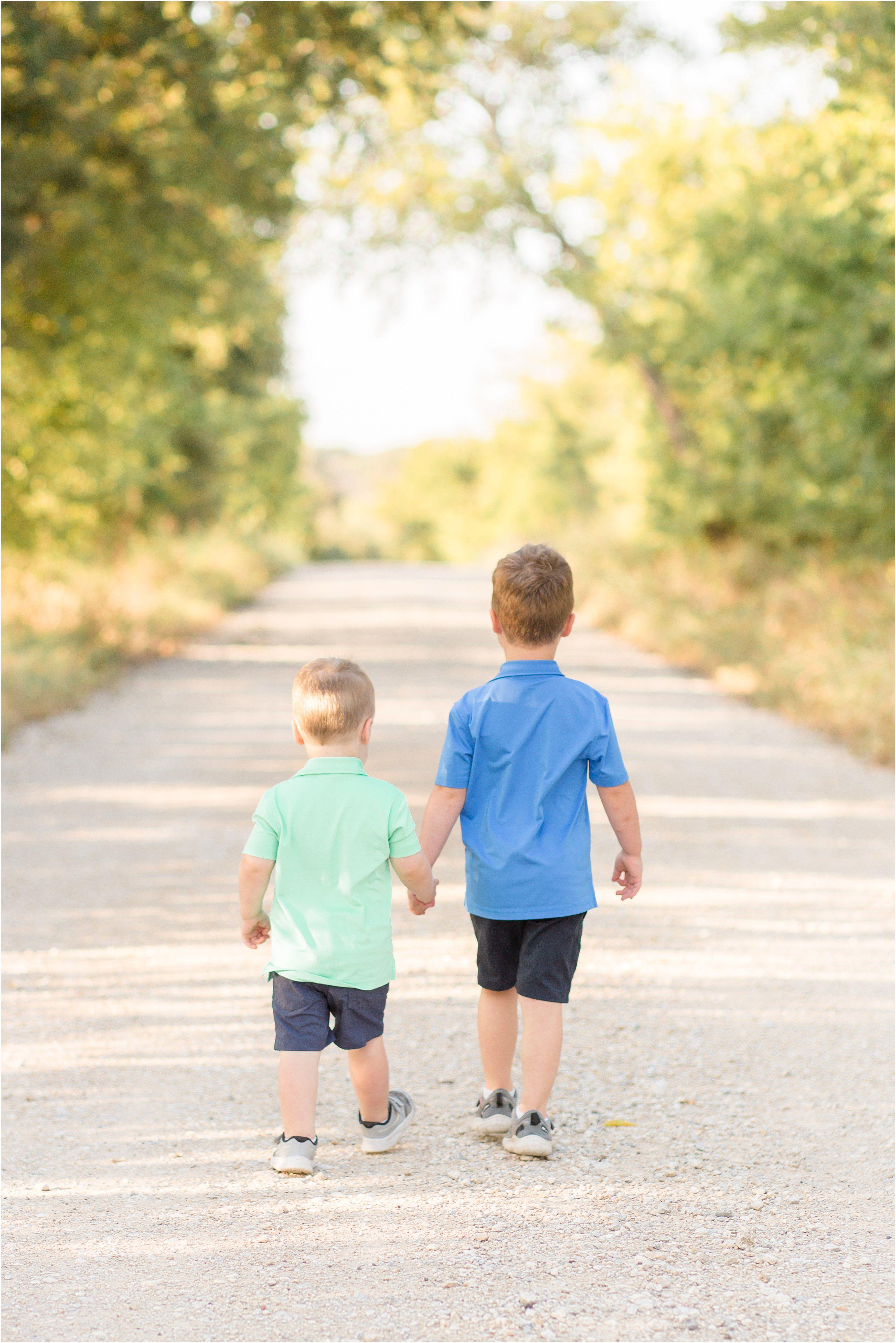 Aubrey Dirt Road Fall Family Minis #familyphotooutfits
